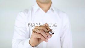 做爱不是战争,在玻璃的人文字 免版税库存图片