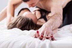 做爱的夫妇在卧室 免版税库存照片