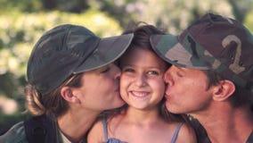 做父母与他们的女儿团聚的战士 股票录像