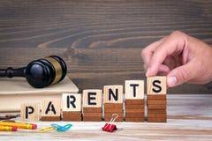做父母概念 在办公桌,情报和通信背景的木信件 库存照片