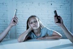 做父母流动细胞聪明的电话瘾被忽视的孩子概念射击 免版税图库摄影