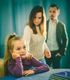做父母演讲的女儿 免版税库存图片