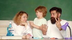 做父母的教育数学概念 小孩一级的男生 回到学校和家教 影视素材