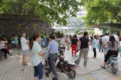做父母等待的孩子在tangxia学校门回家 免版税库存图片