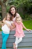 做父母统一性的家庭世代在庭院里调遣自然概念 图库摄影