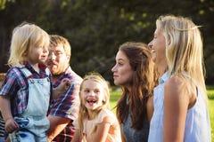 做父母统一性放松概念的家庭世代 库存图片