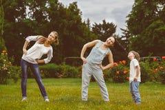 做物理和体育的愉快的家庭画象 库存图片