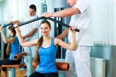 做物理疗法的物理疗法的患者 免版税库存照片