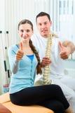 做物理疗法的物理疗法的患者 免版税图库摄影