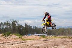 做特技和跃迁在天空中的骑自行车的人的图片 库存照片