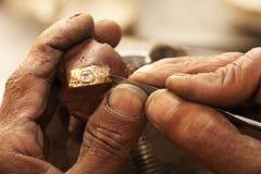 做环形的宝石工人 免版税库存照片