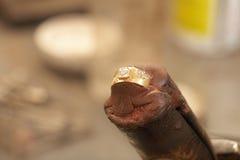 做环形的宝石工人 库存照片