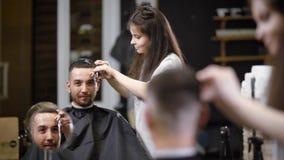 做理发的妇女理发师对男性顾客 场面的反射看法  影视素材