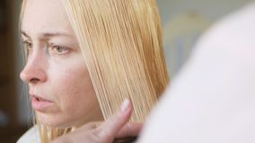 做理发的美发师特写镜头对有剪刀的妇女在美发店 理发过程 理发被漂白的头发 股票视频