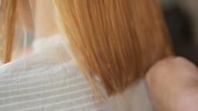 做理发的美发师特写镜头对有剪刀的妇女在美发店 理发过程 理发被漂白的头发 股票录像