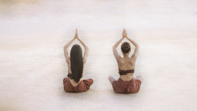 做瑜伽健身的泰国传统的少妇行使 免版税库存照片