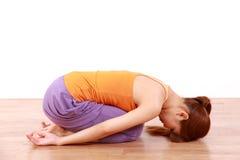 做瑜伽儿童的姿势的年轻日本妇女 库存照片