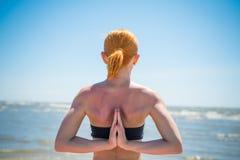 做瑜伽反向namaste的妇女 免版税库存照片