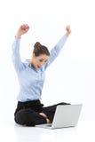 做瑜伽和使用膝上型计算机的妇女 免版税库存照片