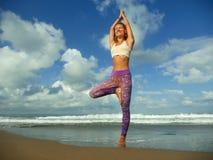 做瑜伽和放松锻炼的年轻愉快和有吸引力的适合和亭亭玉立的白肤金发的妇女自然生活方式画象户外在 免版税库存照片