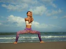 做瑜伽和放松锻炼的年轻愉快和有吸引力的适合和亭亭玉立的白肤金发的妇女自然生活方式画象户外在 免版税图库摄影