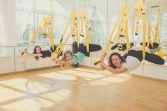 做瑜伽和舒展的小组妇女 免版税图库摄影