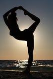做瑜伽形象的妇女 库存照片