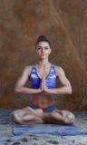 做瑜伽形象的妇女 库存图片