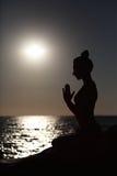 做瑜伽形象的妇女 免版税图库摄影