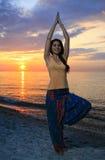 做瑜伽形象的妇女 图库摄影
