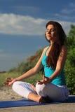 做瑜伽形象的妇女 免版税库存图片