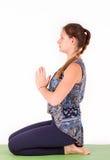 做瑜伽或pilates锻炼的适合的妇女 免版税库存照片