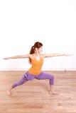 做瑜伽战士II姿势的年轻日本妇女 库存照片