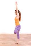 做瑜伽树姿势的年轻日本妇女 图库摄影
