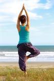 做瑜伽树姿势的年轻日本妇女 免版税库存图片