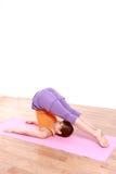 做瑜伽犁姿势的年轻日本妇女 图库摄影