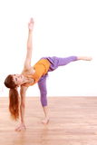 做瑜伽甲晕姿势的年轻日本妇女 免版税库存照片