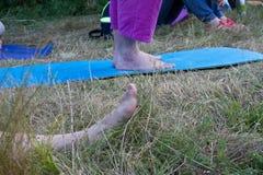 做瑜伽的一个小组青年人 免版税库存照片
