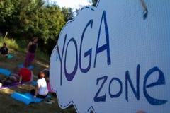 做瑜伽的一个小组青年人 免版税库存图片