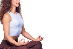 做瑜伽的一名年轻适合妇女的演播室射击 库存图片