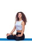 做瑜伽的一名年轻适合妇女的演播室射击 免版税库存图片