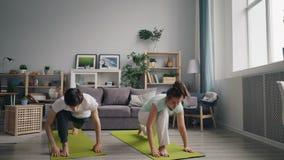 做瑜伽的丈夫和妻子在家一起享用放松实践 股票视频