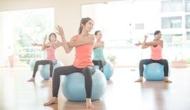 做瑜伽的亚裔妇女在瑜伽演播室 库存图片