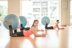 做瑜伽的亚裔妇女在瑜伽演播室 免版税库存照片