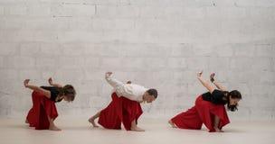 做瑜伽的人们行使射击对墙壁 库存图片