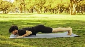 做瑜伽的人在公园 免版税库存照片
