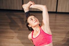 做瑜伽的体育妇女画象舒展锻炼 免版税库存照片