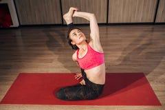做瑜伽的体育妇女画象舒展锻炼 免版税图库摄影