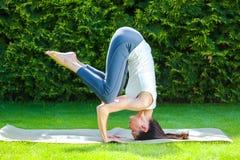 做瑜伽的俏丽的妇女 免版税库存照片