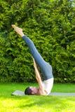 做瑜伽的俏丽的妇女 库存图片